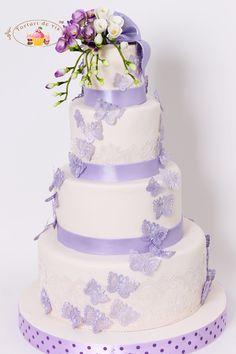 Torturi de vis: Tort de nunta cu frezii si fluturasi mov