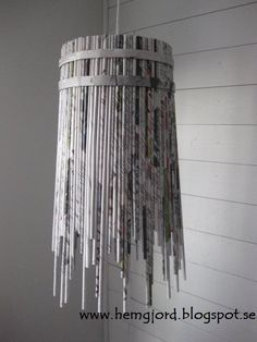med tag Newspaper pendant lamp in paper lights with pendant Paper & Books Magazine Light Chandelier Recycled Magazine Crafts, Recycled Magazines, Recycle Newspaper, Newspaper Crafts, Diy Paper, Paper Art, Papier Diy, Paper Weaving, Ideias Diy