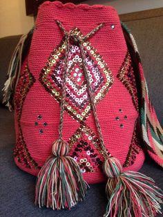Mochila Wayuu intervenida con lentejuelas mostacillas y piedras de swarovski originales, color palo de rosa