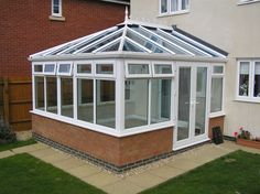 How To Keep Your Conservatory Warm In The Winter - Hof Ideen Conservatory Cleaning, Conservatory Flooring, Edwardian Conservatory, Conservatory Design, Glass Conservatory, Terrace Design, Warm Roof, Warm In The Winter, Windows
