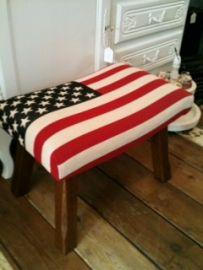 Vintage voetenbank gestoffeerd met Amerikaanse vlag stof.