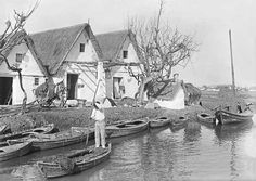 Valencia en Blanco y Negro. En el lago de la Albufera, las viviendas dispersas tenían como único acceso los canales y acequias que distribuían el agua. 1920