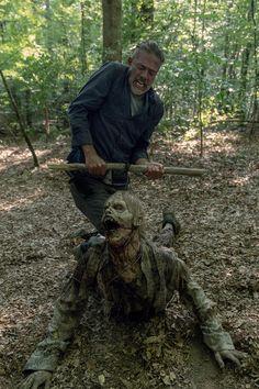 Negan back in action! Walking Dead Zombies, The Walking Dead Tv, Walking Dead Season, Negan Lucille, Netflix, Cinema, Dead Memes, Jeffrey Dean Morgan, Zombies