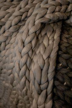 Riesen Sofadecke/ Bettdeck handgefertigt in Hamburg Deutschland. Wir verwenden nur die feinste australische Merinowolle, bekannt von Ohhio, da diese angenehm zum stricken ist. Ein weiterer Vorteil ist, du wirst dich in diese kuschlige Decke verlieben. Die Decke wiegt bei einem Maß von 120 x 190 cm 4kg (Schwankungen bis zu 5 cm). Auf Anfrage können wir individuelle größeren Größen herstellen (der Preis richtet sich nach dem Gewicht).