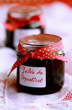 gelée de coquelicot Poppy jelly (in french) Go Veggie, Vegetable Drinks, Jam Recipes, Sweet Recipes, Chutney, Edible Wild Plants, Fruit Preserves, Vegan Sauces, Jam And Jelly