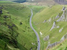A magnificent winding road through a steep valley, with deep natural caverns at the bottom Places To Travel, Places To See, Christmas In England, Winding Road, Emerald Isle, Urban Life, English Countryside, Derbyshire, British Isles