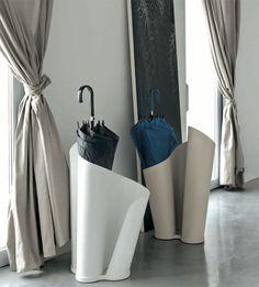 Accessori e complementi TONIN CASA modello Narciso. Porta ombrelli realizzato attraverso uno speciale trattamento di curvatura del metallo. Disponibile in diverse colorazioni. Narciso è nato per chi vuole avere ricercatezza nelle forme anche negli oggetti più semplici di uso quotidiano.