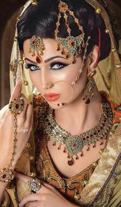 ideas for indian bridal beauty india Pakistani Bridal Jewelry, Indian Bridal Makeup, Asian Bridal, Bridal Beauty, Bridal Jewellery, Wedding Makeup, Wedding Bride, Saris, Beautiful Indian Brides