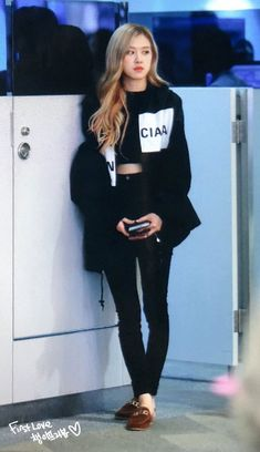 Find images and videos about kpop, rose and blackpink on We Heart It - the app to get lost in what you love. Blackpink Outfits, Korean Outfits, Casual Outfits, Fashion Outfits, Work Outfits, Blackpink Fashion, Korean Fashion, Korean Airport Fashion, Petite Fashion