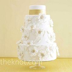 Bolo de casamento com flores de açúcar e faixa pintada com tinta comestível dourada