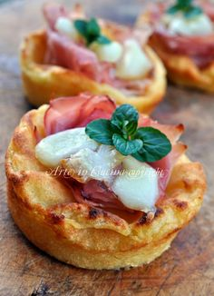 mashed potatoes cakes with prosciutto and scamorza (cestini di patate con… I Love Food, Good Food, Yummy Food, Finger Food Appetizers, Appetizer Recipes, Quiches, Antipasto, Fingers Food, Wine Recipes