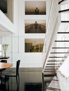 A imagem revela a imponência do pé-direito duplo, que destaca as fotos de Romulo Fialdini. Cortinas de linho branco da Casa Mineira.