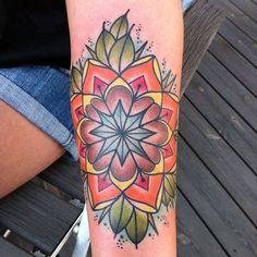 Tatouage mandala multicolores sur le bras