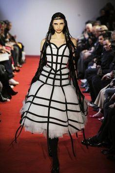 Ahead of Monday's Met Gala honoring the fashion house's designer, Rei Kawakubo. Fashion Models, Fashion Group, Fashion Line, White Fashion, Paris Fashion, Runway Fashion, Fashion Show, Fashion Design, Couture Fashion