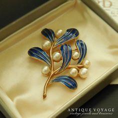 TRIFARI(トリファリ)☆ヤドリギ1967年エナメル・ブルー 宿り木のヴィンテージ・ブローチ - Antique Voyage (アンティーク・ボヤージュ) Enamel Jewelry, Pearl Jewelry, Antique Jewelry, Jewelery, Vintage Jewelry, Tapas, Antique Brooches, Mistletoe, Brooch Pin