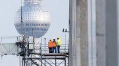 Risse im Beton der Bodenplatte - Der Erweiterungsbau für die Bundestagsabgeordneten an der Spree steht offenbar auf unsicherem Grund.