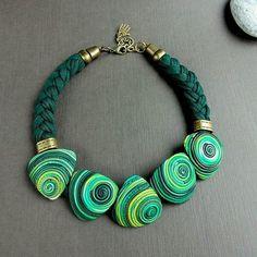 Колье и браслет Ракушки зеленые из полимерной глины и трикотажной пряжи. Пряжа от @dorayarn_komi #комплектукрашений #зеленый #кольеибраслет # бохо #НадеждаПлотникова #shtuchka43 #polymerclayjewelry