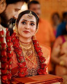 Malayalam एक्ट्रेस Bhama ने की शादी - The News 18 Indian Wedding Flowers, Bridal Hairstyle Indian Wedding, Flower Garland Wedding, Indian Bridal Outfits, Indian Bridal Fashion, Indian Bridal Wear, Kerala Hindu Bride, Saree Wedding, Wedding Album