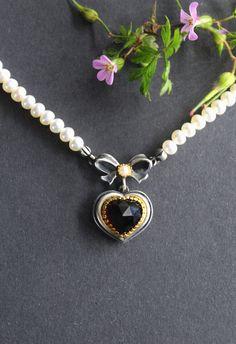 Schönes Perlencollier zum Dirndl: mit Granat Herzerl und Schleife. #dirndl #schmuck #trachten #trachtenkette #trachtenschmuck #perlenkette #perlencollier Pendant Necklace, Jewelry, Gold, Bow, String Of Pearls, Rhinestones, Dirndl, Valentines, Neck Chain