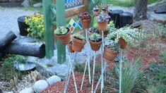 En installation i trädgården med taklök och fetknopp i terrakottakrukor Wind Chimes, Garden, Outdoor Decor, Plants, Home Decor, Garten, Decoration Home, Room Decor, Lawn And Garden