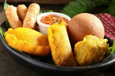 Buñuelo, empanada, papa rellena, pastel de pollo y dedos de queso. Que aprovechen!
