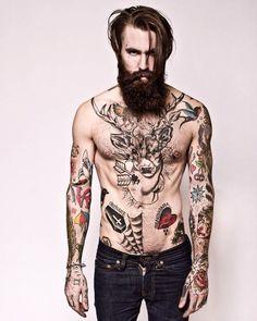 Multicolor - Ricki Hall Barba y tatuajes, una gran combinación.