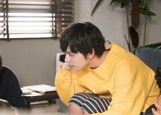 【ザテレビジョン芸能ニュース!】画像:パソコンの操作に関してスタッフと相談中の北村