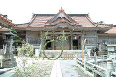 普天満宮 和24年(1949)に再建、平成19年(2007)に改修され、堂々たる佇まいの本殿
