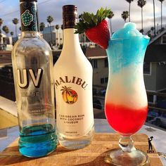 Merica Slushie Cocktail - For more delicious recipes and drinks, visit us here… Party Drinks, Cocktail Drinks, Fun Drinks, Cocktail Recipes, Alcoholic Drinks, Drinks Alcohol, Uv Blue Drinks, Red Drink, Vodka Drinks