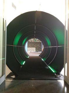 Lange tunnel bedekt met zwart stof en groen licht James Bond Casino, Bmw Logo