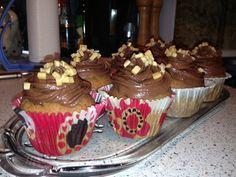 Banan cupcakes med karamelfyld og chokolade frosting. Se opskrift på glitzyglam.dk