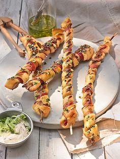Gegrillte Teigspieße mit Bacon und Knoblauch. Noch mehr tolle Rezepte gibt es auf www.Spaaz.de
