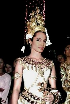 In Khmer (Cambodian) Apsara dancing clothes! She looks stunning in this tradtional dancer outfit. Angelina is my idol! Cambodian Tattoo, Khmer Tattoo, Angelina Jolie Dress, Brad Pitt And Angelina Jolie, Angelina Joile, Cambodian Wedding Dress, Khmer Wedding, Thai Dress, Jolie Photo