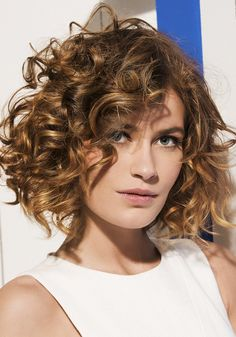Do you like your wavy hair and do not change it for anything? But it's not always easy to put your curls in value … Need some hairstyle ideas to magnify your wavy hair? Haircuts For Curly Hair, Curly Hair Cuts, Permed Hairstyles, Short Curly Hair, Easy Hairstyles, Curly Hair Styles, Female Hairstyles, 1970 Hairstyles, Medium Curly