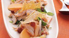 Салат с курицей, дыней и чипсами из пармезана