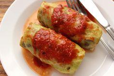 Pieczone gołąbki wegetariańskie, z ryżem, pieczarkami i suszonymi borowikami. Zapieczone w sosie pomidorowym z passaty i wody z moczenia grzybów.