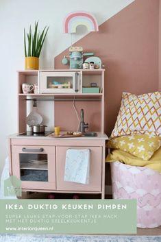 DUKTIG keuken hack : Ikea keuken pimpen   InteriorQueen Baby Sans, Ikea Duktig, Shabby, Ikea Hackers, Ikea Kitchen, Floating Nightstand, Diy For Kids, Playroom, Corner Desk
