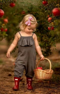 Cute Baby Girl, Mom And Baby, Cute Babies, Baby Kids, Cute Baby Photos, Girl Photos, Baby Doll Nursery, Cute Baby Wallpaper, Velvet T Shirt