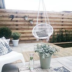 De andere kant van de tuin! Zwaluw van #stoermetaal hangt eindelijk :) en zo blij met de hangstoel van #loods5 Nieuwe schutting alleen nog wat kaal. En zien jullie onze vijver? De visjes zwemmen er al in! #kijkjeindetuin