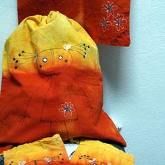 Velký režný pytel s holkou oranžový - pytlík bavlněný, různé využití... na chleba, rohlíky, hračky, pyžámko, bačkůrky - do školky, na tělocvik, na kroužek... nebo jako spacák pro medvěda :D - 38x45 cm - stahovací šňůrkou, opravdu velký, vejde se do něj mnoho :) -barva žlutá + ruční malba - hezký dárek i jako komplet s malými pytlíky a taškou. - návod na ...