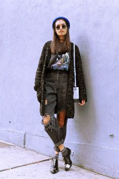 Sweatshirt, Ripped Pants, Chokers, Cardigan, Hat & Boots - http://ninjacosmico.com/29-grunge-outfit-ideas-fall/