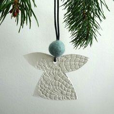 Julepynt - engle - hvidt ler - DECOR NORDIC. Nostalgisk unika med oldemor Almas smukke mønstre fra hendes hæklerier trykt i de smukkeste hvide lerengle.