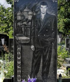 25 Most Rediculously Extravagant Headstones of the Russian Mafia Cemetery Monuments, Cemetery Headstones, Cemetery Art, Unusual Headstones, Cemetery Flowers, Stone Statues, Best Street Art, Galleries In London, Creatures Of The Night