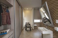 Casa Cor Campinas 2016 \ Projeto: Paulo Di Mello Produto Cerâmica Portinari. Giardino Decor 20x120. Banheiro, banho, acesso cadeirante, acessibilidade, madeira, relevo, decorado. Bathrooms - Baños