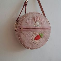 hobbies в Instagram: «#quilt #quiltbag #appliquequilt #patchworkbag #퀼트가방» Patchwork Bags, Quilted Bag, Diy Pencil Case, Animal Bag, Applique Quilt Patterns, Diy Purse, Craft Bags, Small Bags, Quilting Projects