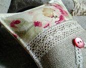 Coussin de porte à suspendre en lin, fleurs et dentelle ancienne : Accessoires de maison par aufildantan