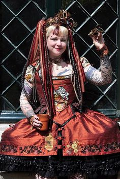 Now THAT'S a 18th century/Rococo Steampunk outfit.