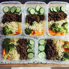 100g de carne moída, 80g de arroz integral, brócolis, cenoura e pepino