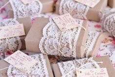 Detalles de Bodas de Oro, jabones artesanales delicadamente decorados con encajes, cordón de algodón y papel natural. Detalles personalizados.