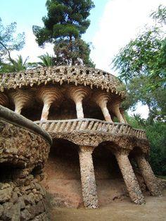 Rincones del Parc Güell, las columnas de piedras parecen palmeras. http://www.viajarabarcelona.org/lugares-para-visitar-en-barcelona/parc-guell/ #Barcelona #Gaudi #Catalunya